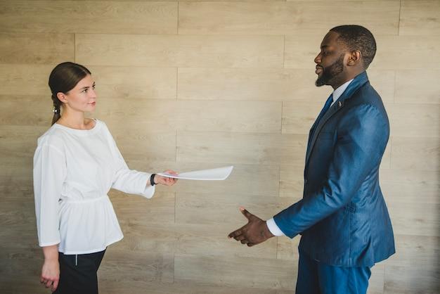 Mulher, entregar, documento, homem negócios