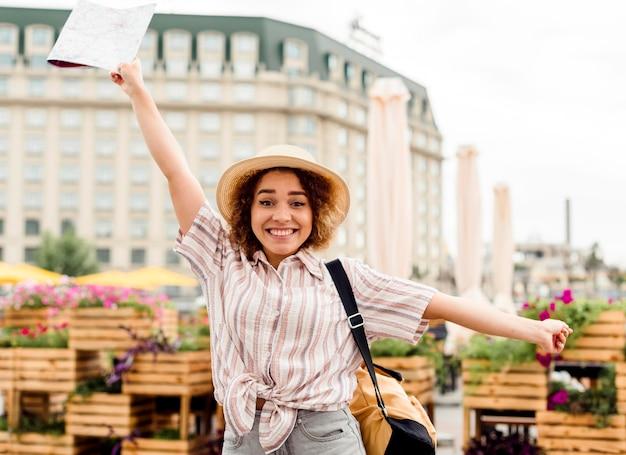Mulher entusiasta viajando sozinha