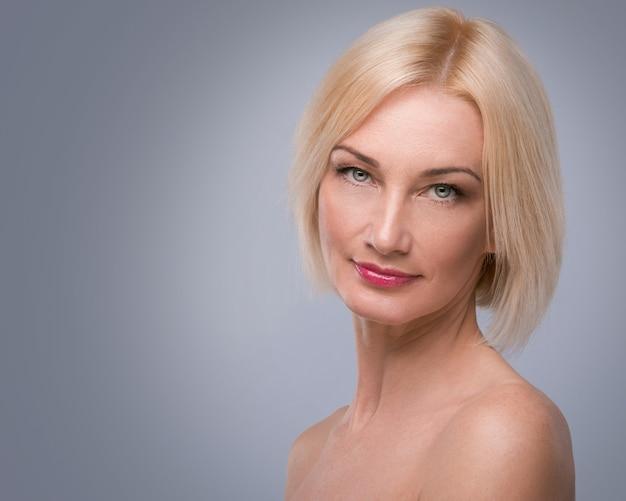 Mulher envelhecida média bonita