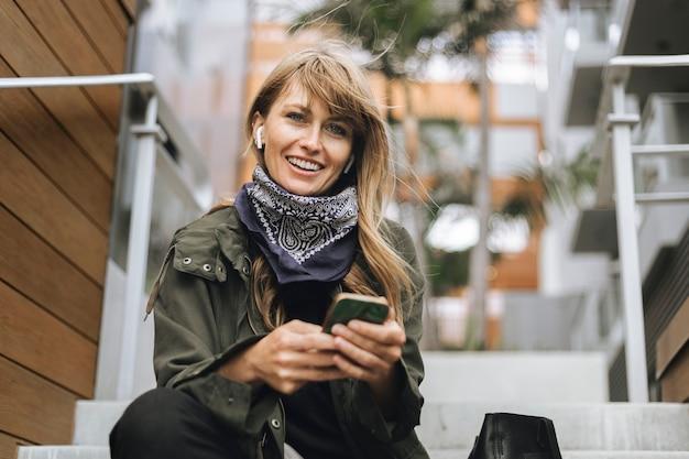 Mulher enviando mensagens de texto em seu telefone
