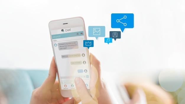 Mulher enviando mensagens de texto no sofá