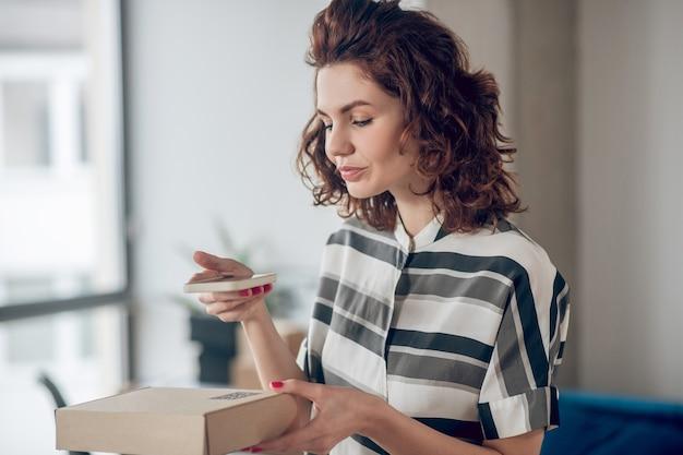 Mulher envolvida na leitura do código qr com seu gadget