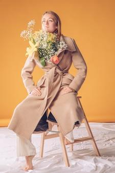 Mulher, escada, com, flores, buquet, em, agasalho