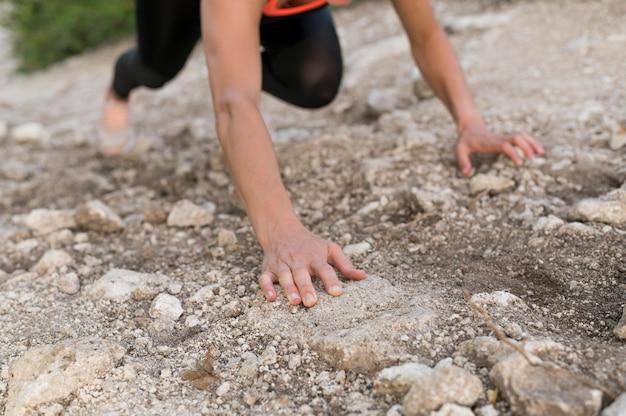 Mulher escalando com as próprias mãos