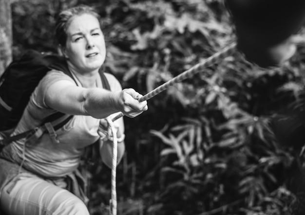 Mulher, escalando, corda