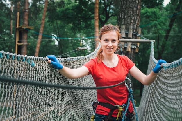 Mulher, escalando, floresta, aventura, corda, parque
