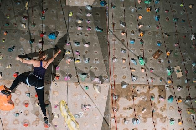 Mulher, escalando, parede alta
