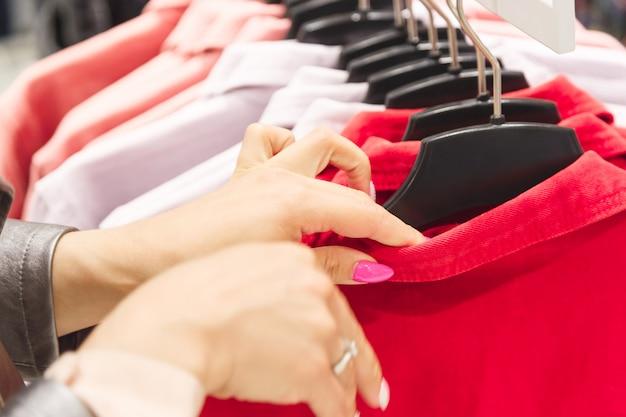 Mulher escolha uma jaqueta colorida