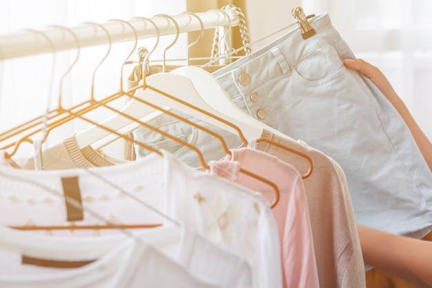 Mulher escolhendo roupas em casa guarda-roupa