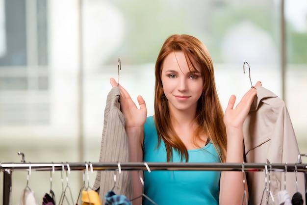 Mulher, escolher, roupa, em, loja