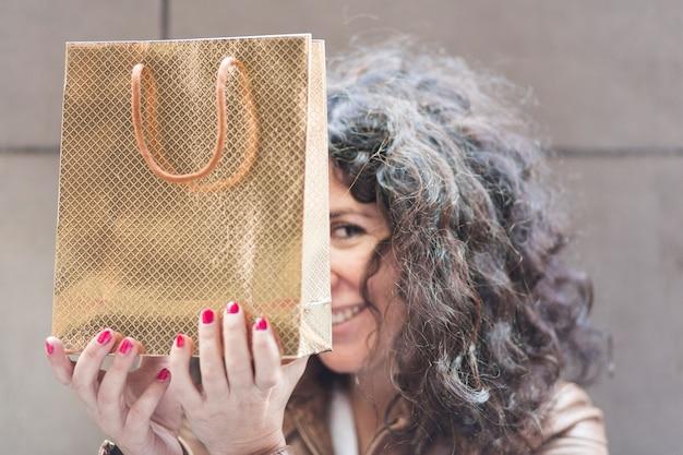 Mulher, escondendo, shopping, saco