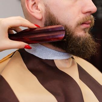 Mulher, escovar, barba homem, close-up