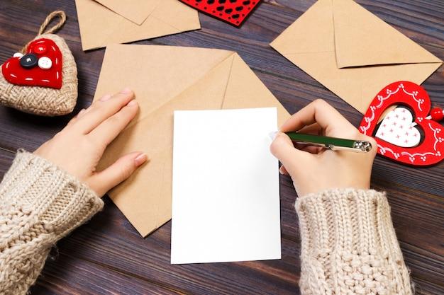 Mulher escrevendo carta de amor ou poema romântico para dia dos namorados