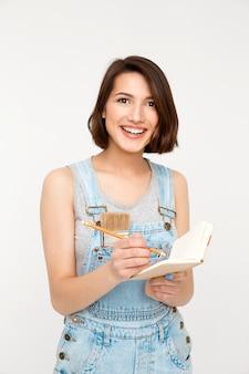 Mulher escrevendo medidas durante a renovação da casa