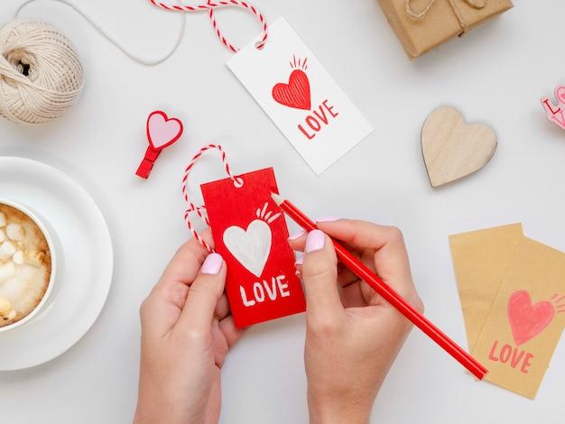 Mulher escrevendo na etiqueta de amor