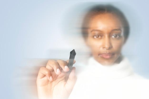 Mulher escrevendo na tela virtual com efeito de dupla exposição