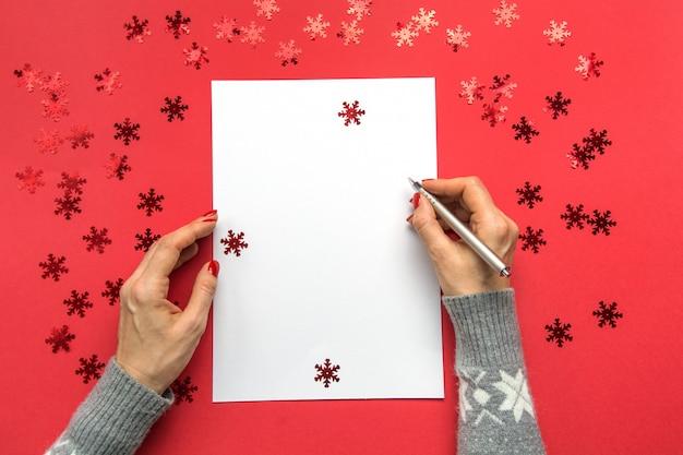 Mulher escrevendo objetivos, lista de verificação, planos e sonhos para o ano novo.