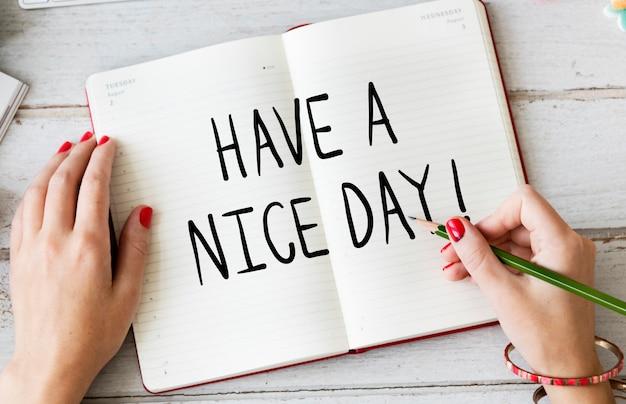 Mulher escrevendo tenha um bom dia em um notebook