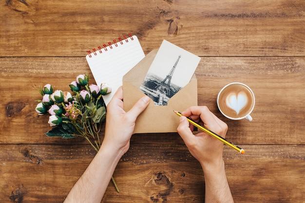 Mulher escrevendo um endereço em um envelope