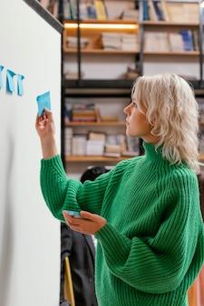 Mulher escrevendo uma ideia de negócio