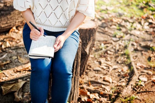 Mulher, escrita, ambiental, parque, relaxamento, conceito