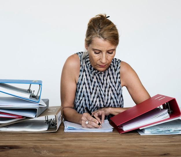 Mulher, escrita, documentos, trabalhando, sobrecarga