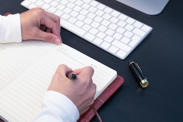 Mulher, escrita, em, caderno, ligado, desktop, com, computador, e, teclado