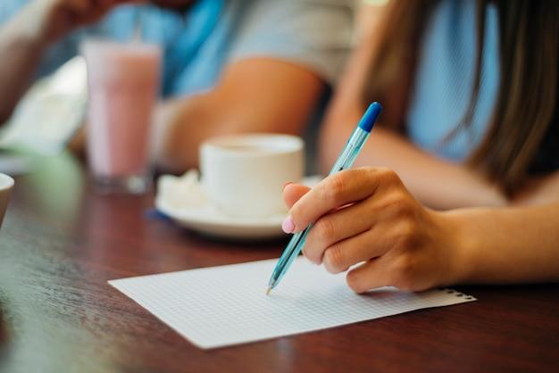 Mulher, escrita, ligado, folha papel