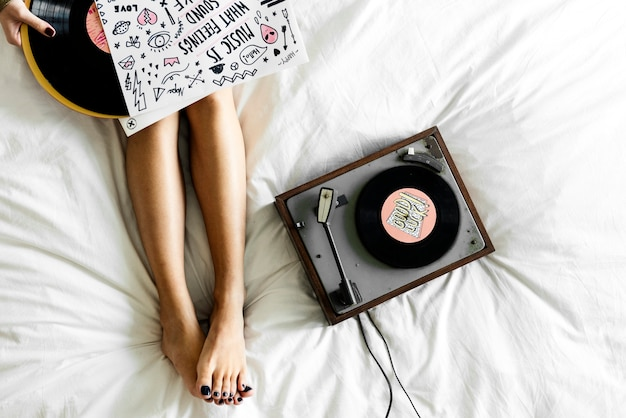 Mulher, escutar música, com, vinil, disco, plataforma giratória