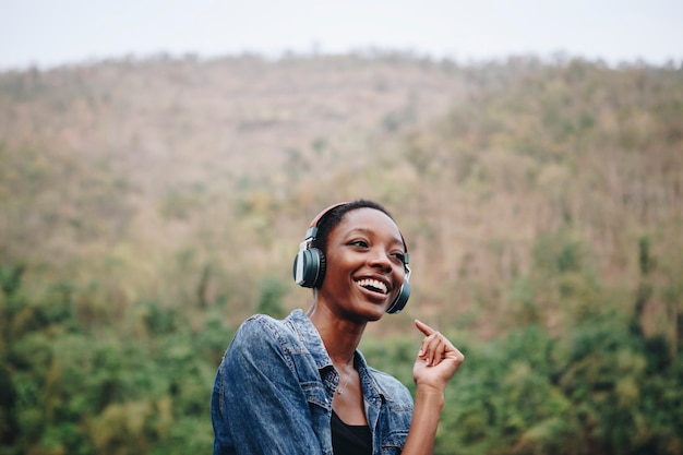 Mulher, escutar música, em, natureza