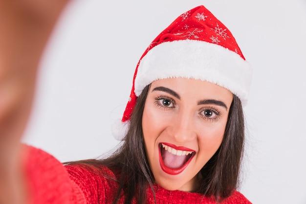 Mulher espantada a tirar uma selfie