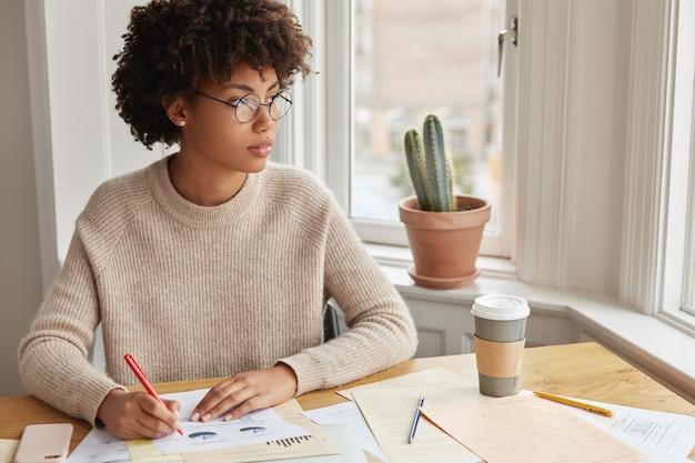 Mulher especialista em marketing trabalhando em casa