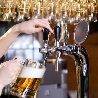 Mulher espera, derramando, cerveja
