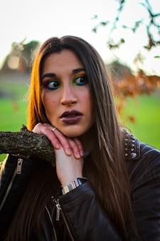 Mulher esperando à tarde campo cor maquiagem verde ramo campo pôr do sol