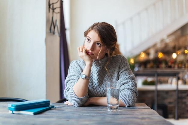Mulher esperando alguém no café