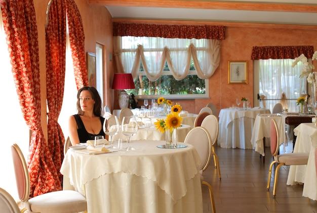 Mulher, esperando, em, um, restaurante