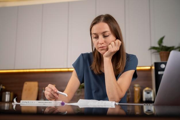 Mulher esperando por um resultado de teste cobiçoso