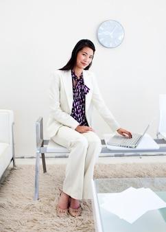 Mulher esperando por uma entrevista