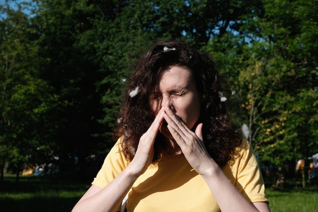 Mulher espirra por causa da penugem do álamo