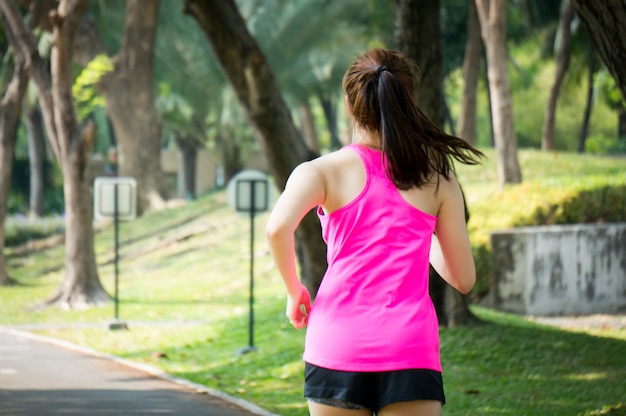 Mulher esporte asiático correndo