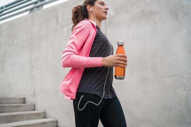 Mulher esporte correndo nas escadas.