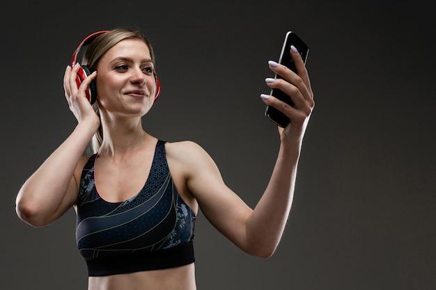 Mulher esporte ouvir música com fones de ouvido grandes