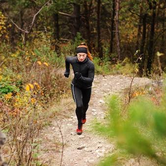 Mulher esportiva com corrida ao ar livre