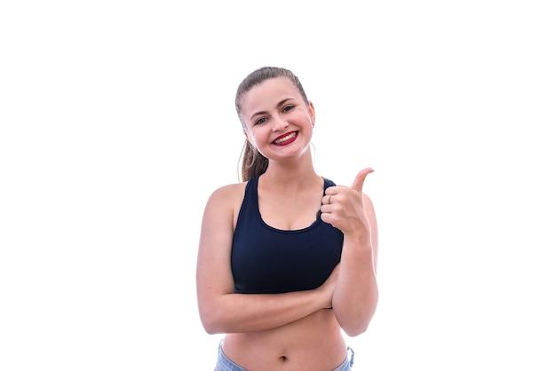 Mulher esportiva mostrando o polegar isolado no branco