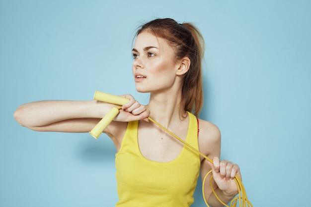 Mulher esportiva segurando uma corda de pular