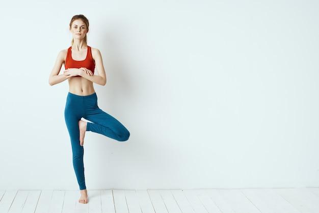 Mulher esportiva segurando uma pose de equilíbrio de ginástica