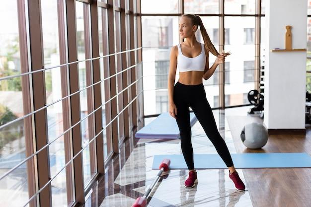 Mulher esportiva, tendo uma pausa após treino