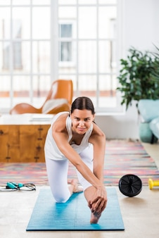 Mulher esportiva treinando em casa
