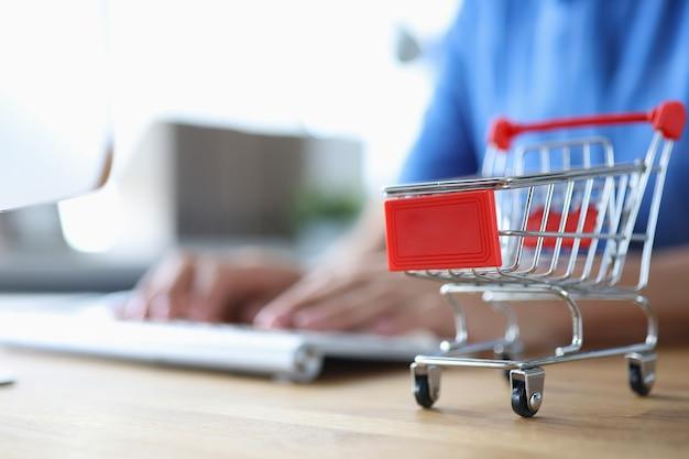 Mulher está comprando na loja online em casa conceito de cyber segunda-feira e sexta-feira negra