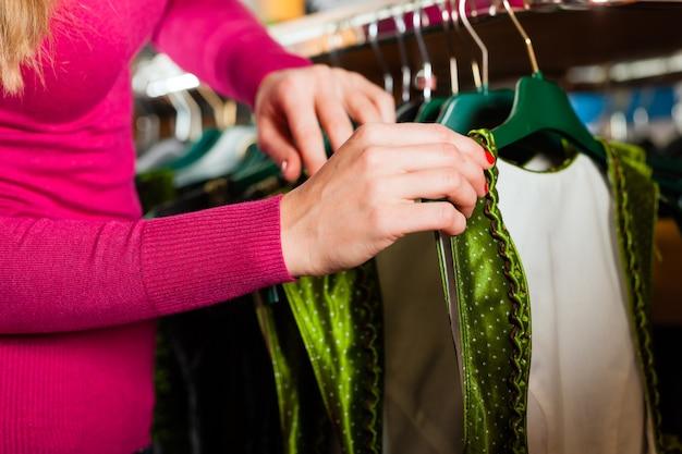 Mulher está comprando tracht ou dirndl em uma loja